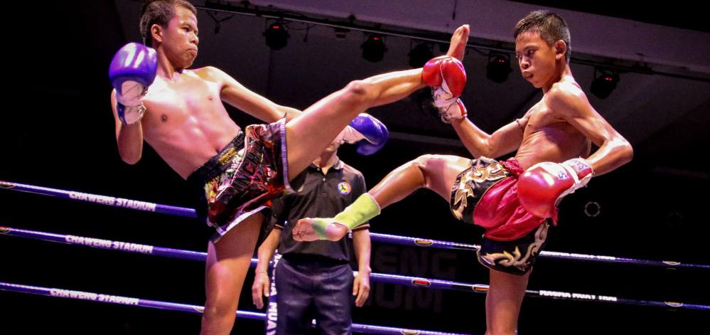Thaiboxen mit Boxhandschuhen
